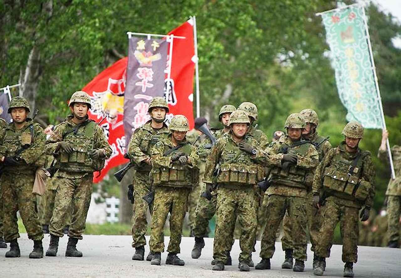 画像: 武装走のスタート準備をする隊員