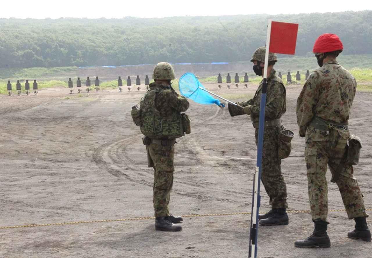 画像: 立ち射ちで的を狙う隊員