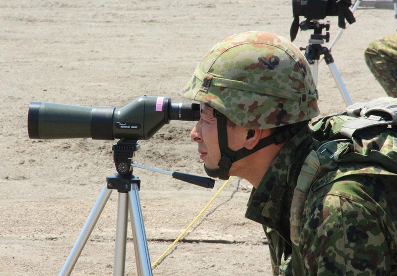 画像: 自らの弾痕を確認する隊員