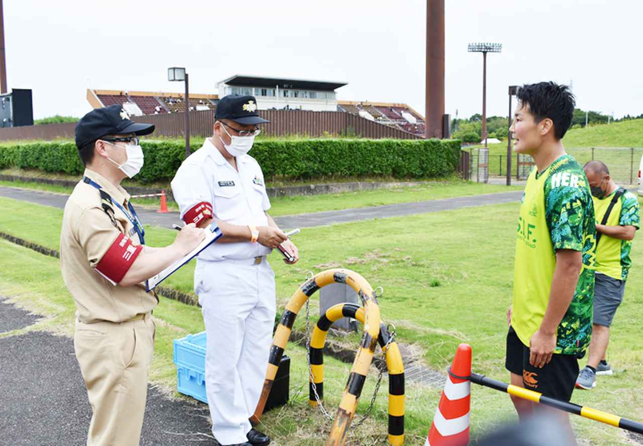 画像: 石井2陸曹に質問する永井1海尉(左)と平尾1海曹(右から2番目)