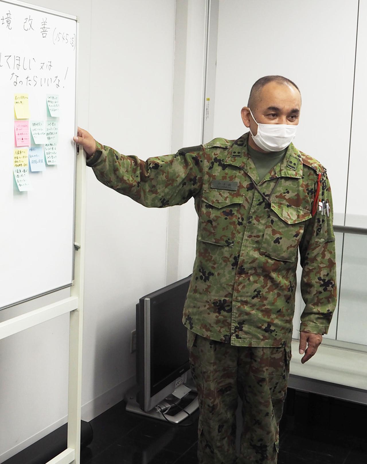 画像: 司会進行役の小手森稔厚2陸尉