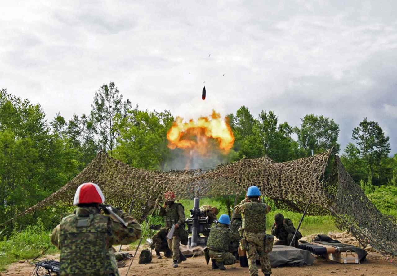 画像: 射撃を行う120mm迫撃砲RT
