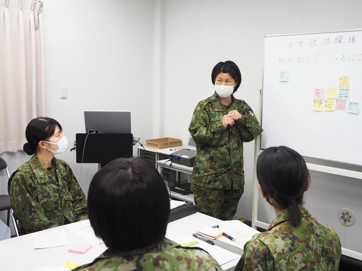 画像: 女性隊員が改善してほしい点などの要望を出し合った