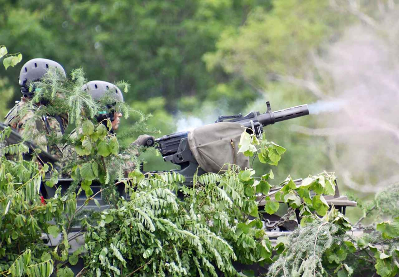 画像: 96式40mm自動てき弾銃射撃