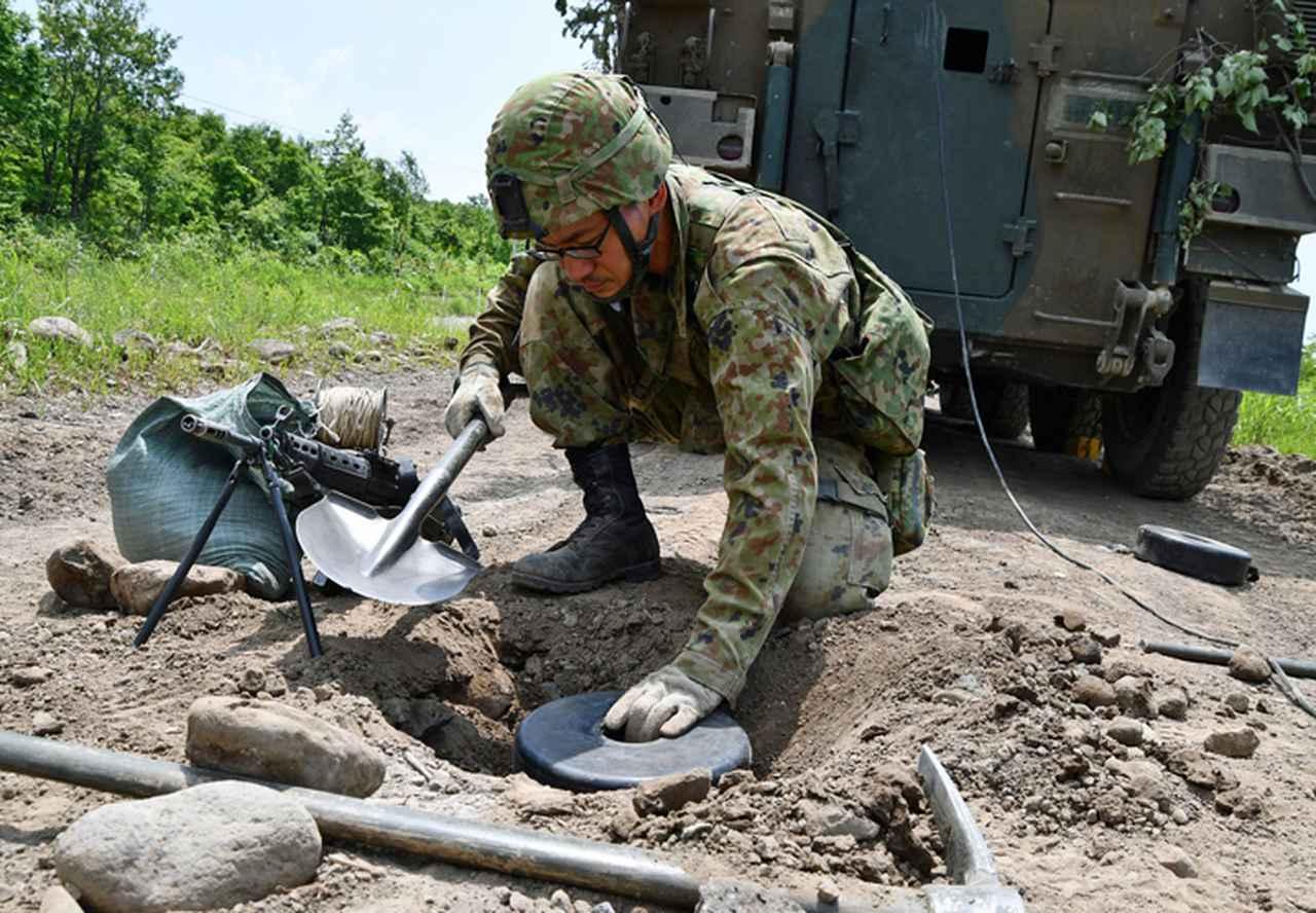 画像: 対戦車地雷の埋設(施設作業小隊)