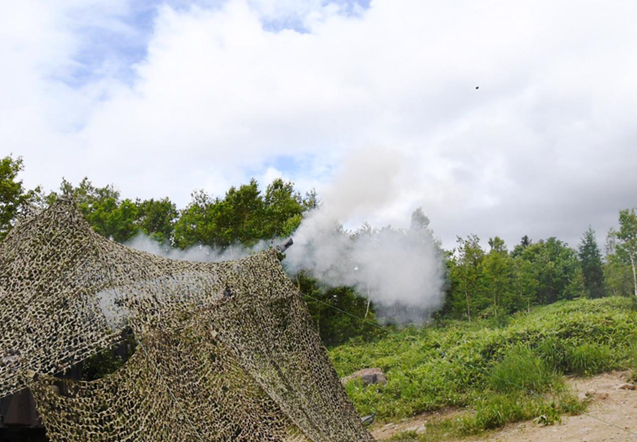画像: 射撃を行う99式155mm自走榴弾砲