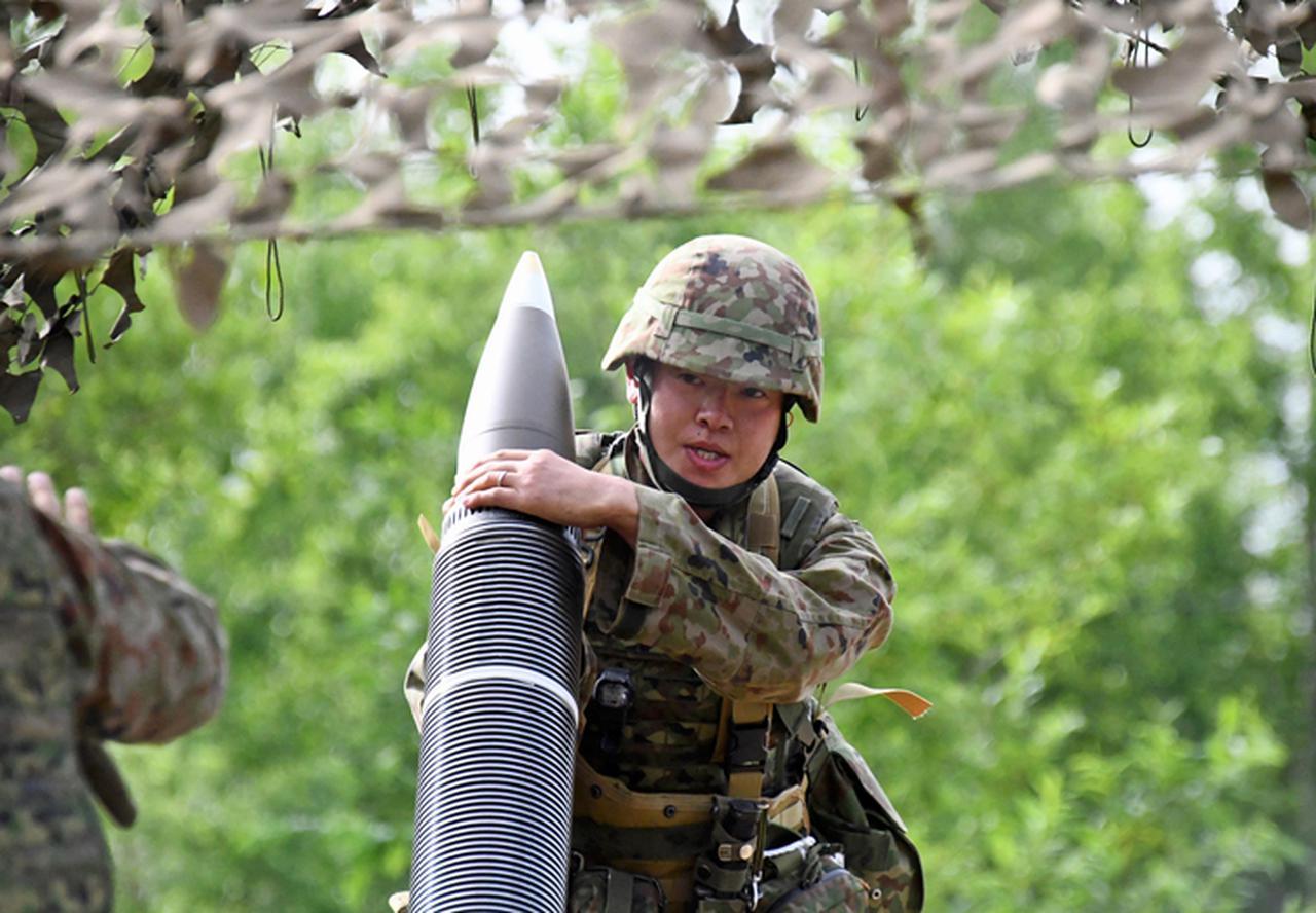 画像: 重迫 弾薬の装填(副砲手)