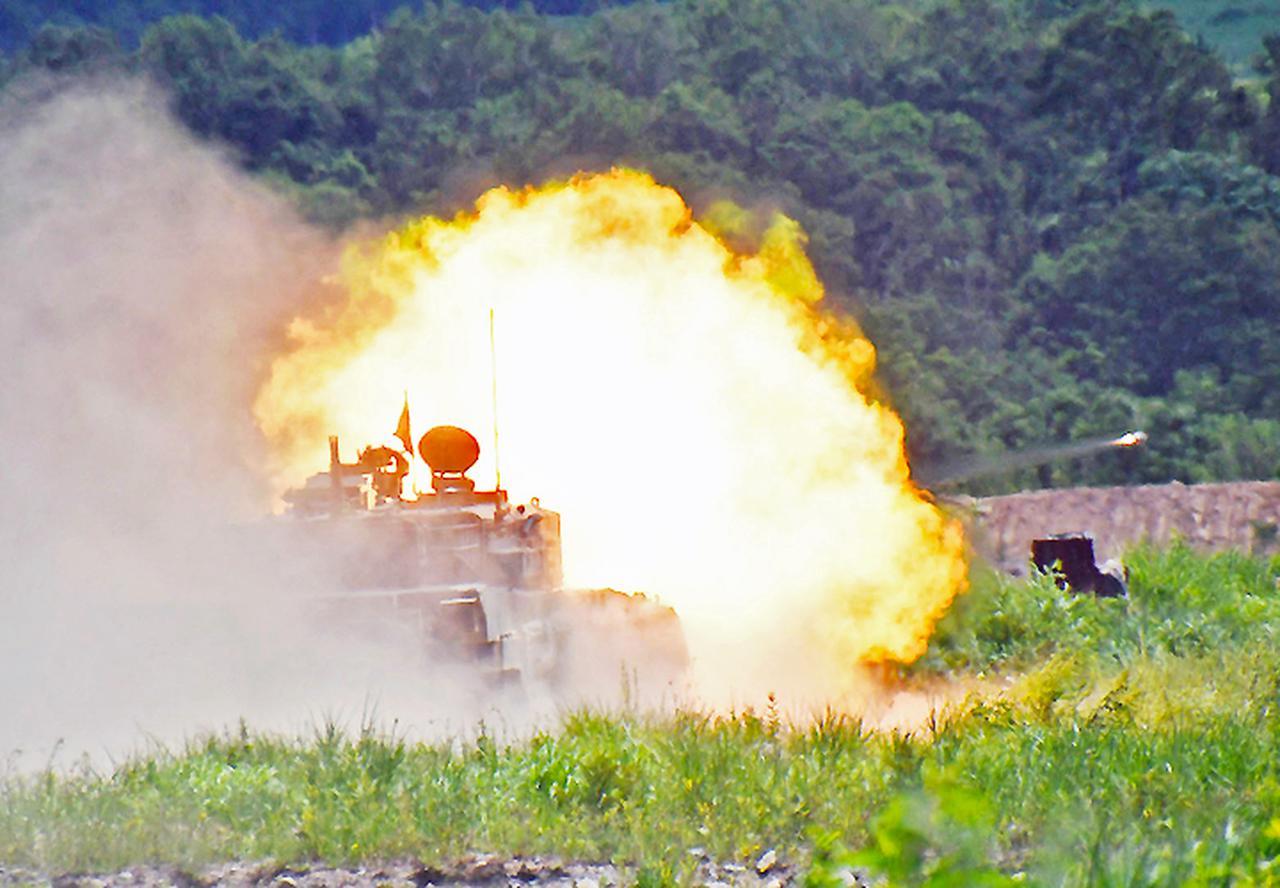 画像: 射撃を行う90式戦車
