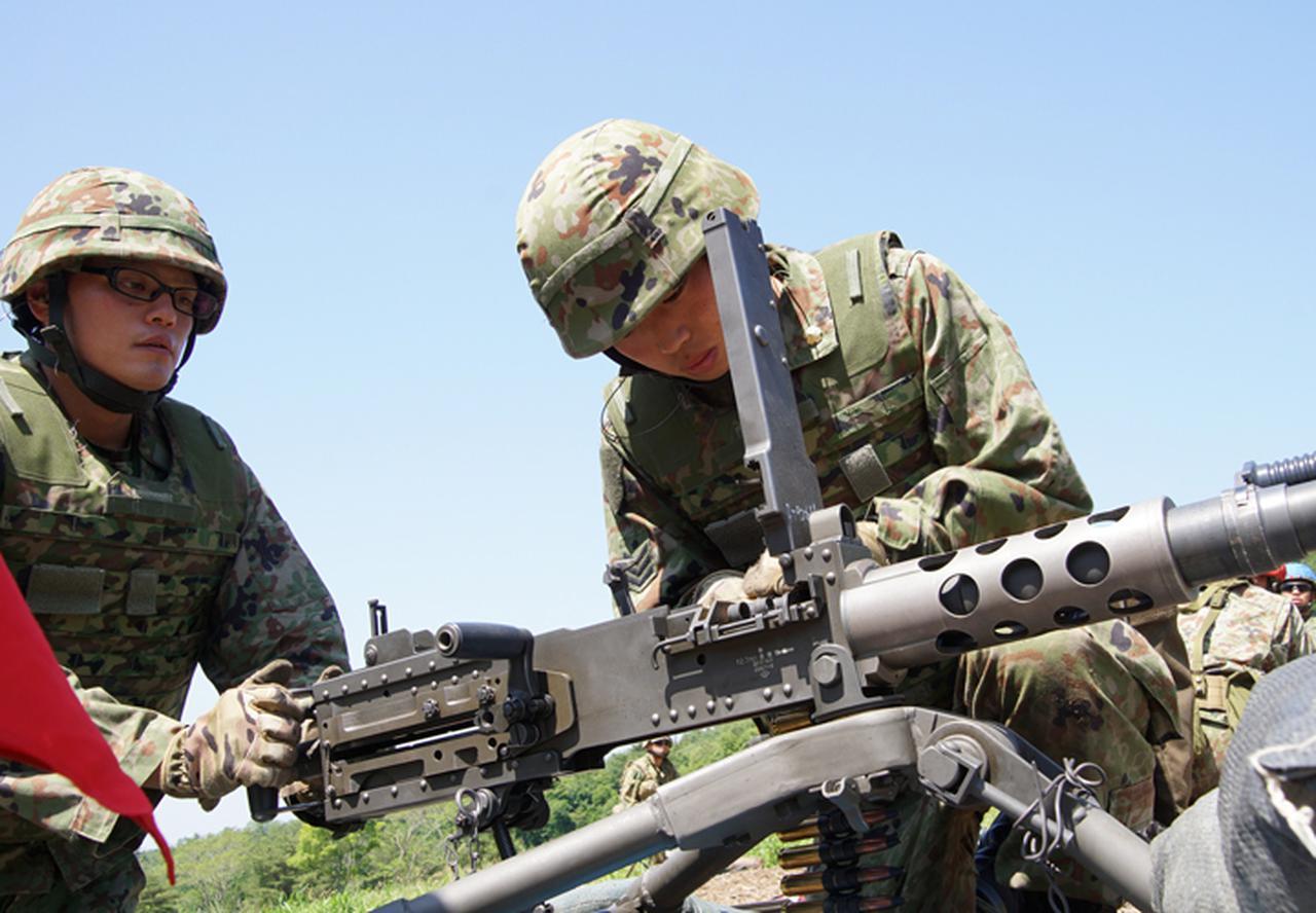 画像: 左:間島1陸士 右:坂尻士長