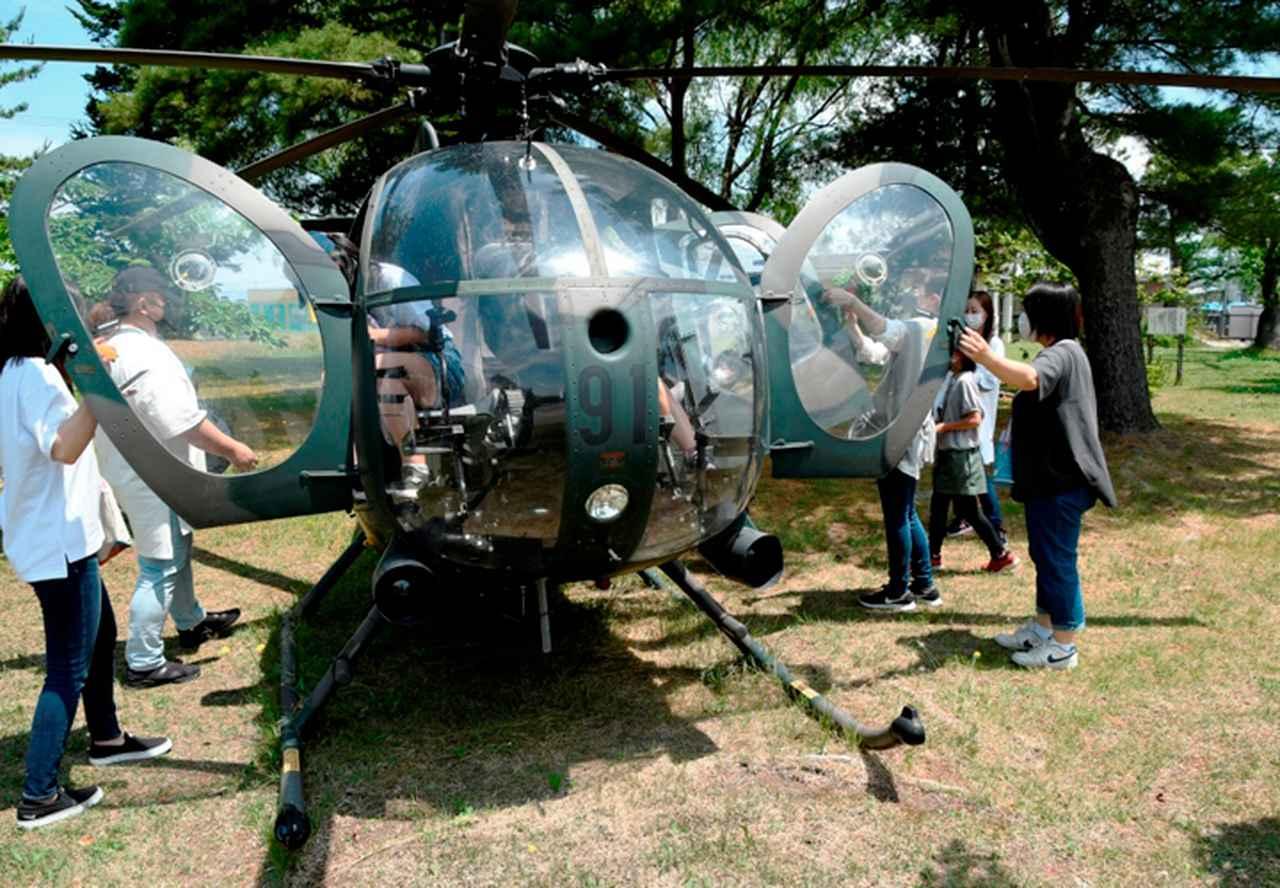 画像: 駐屯地に展示されているヘリコプターも大人気