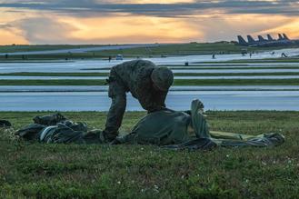 画像: 降下後に落下傘を回収する隊員 写真はいずれも陸上自衛隊ホームページより www.mod.go.jp