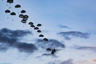 画像1: 1空挺団がグアムで米と共同降下訓練