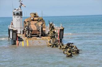 画像: 豪軍上陸用舟艇からの陸自部隊の着上陸