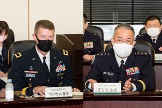 画像: 吉田陸幕長とヴァウル在日米陸軍司令官の懇談の様子
