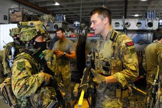 画像: 豪軍艦艇における日英隊員間の訓練調整
