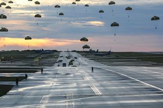 画像: 上記3点はグアム島での日米共同空挺降下訓練の様子