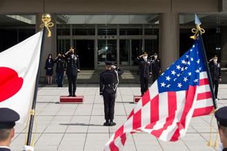 画像: 儀仗隊の栄誉礼を受ける吉田陸幕長(右)とヴァウル在日米陸軍司令官(左)