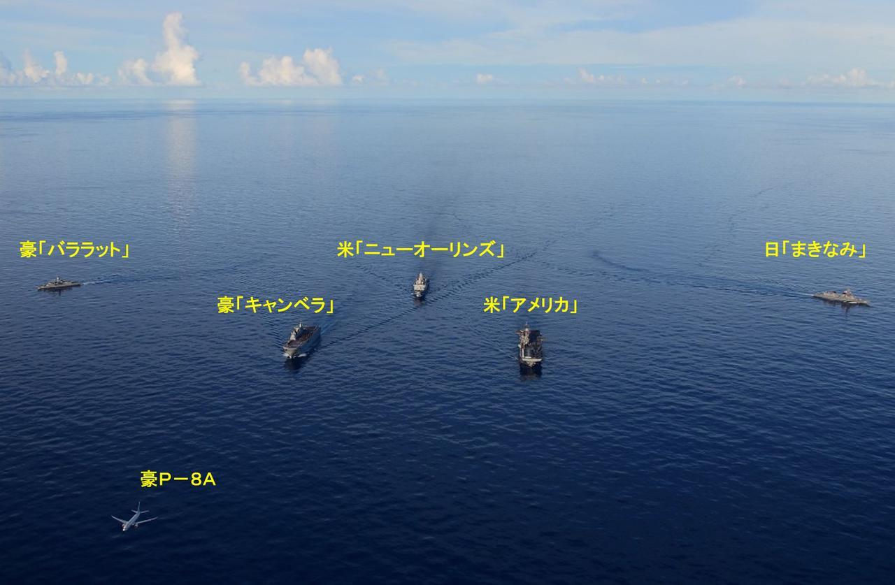 画像: 写真は、各国の艦艇が陣形を形成して航行する様子 統合幕僚監部ツイッターより twitter.com