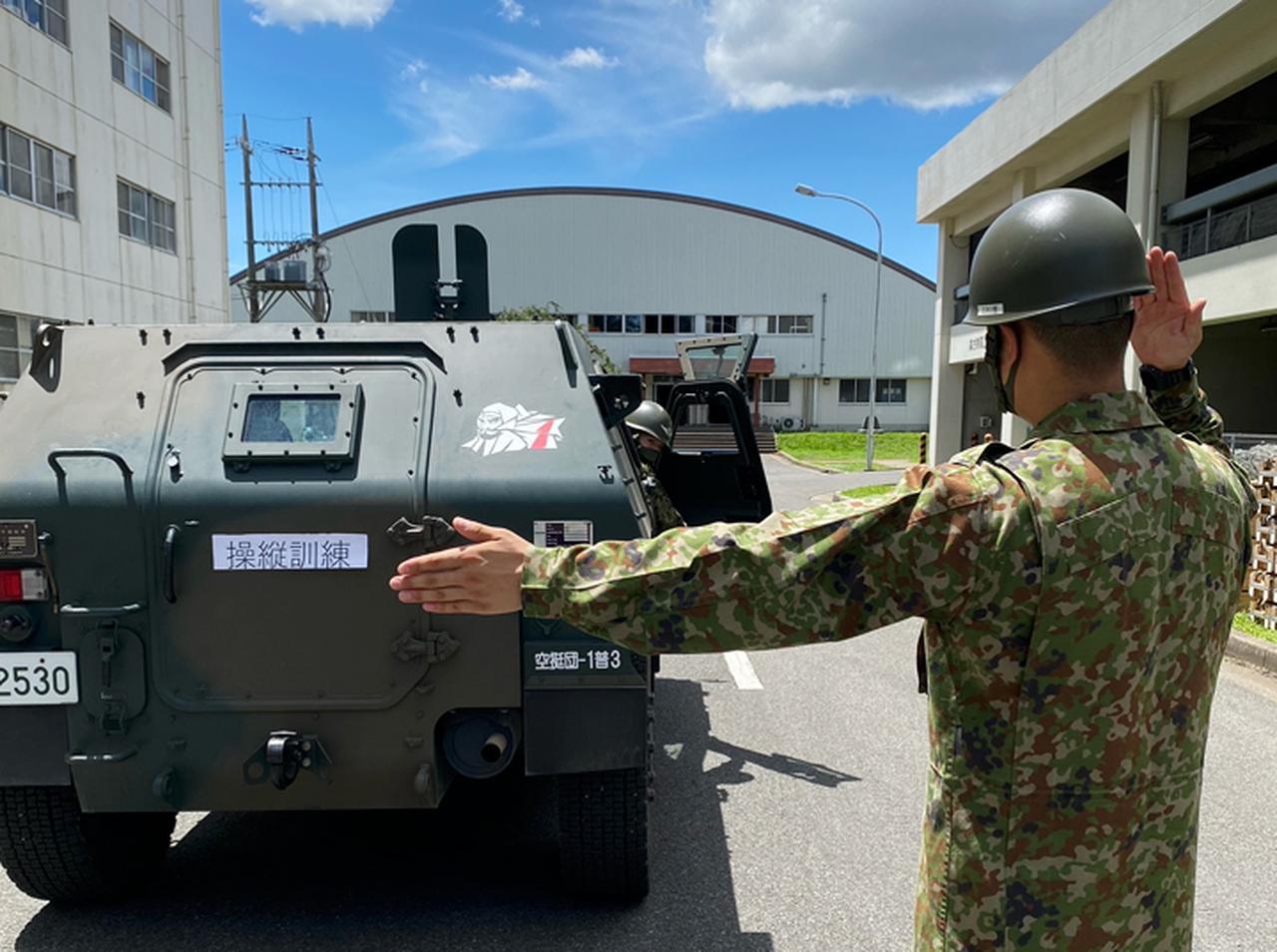 画像: 軽装甲機動車の操縦訓練