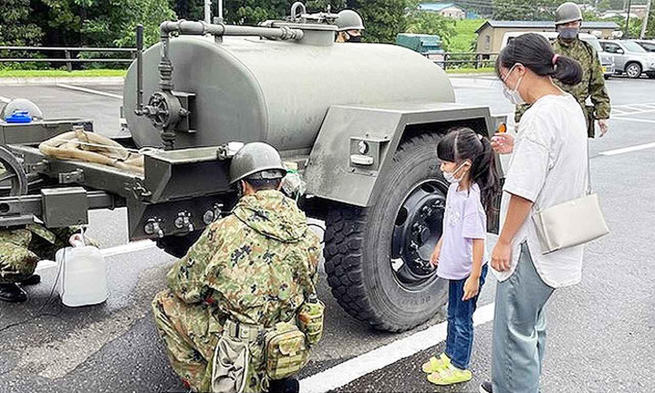 画像: 写真は11日、5普通科連隊の隊員が給水支援を行っている様子 陸上自衛隊9師団ツイッターより twitter.com