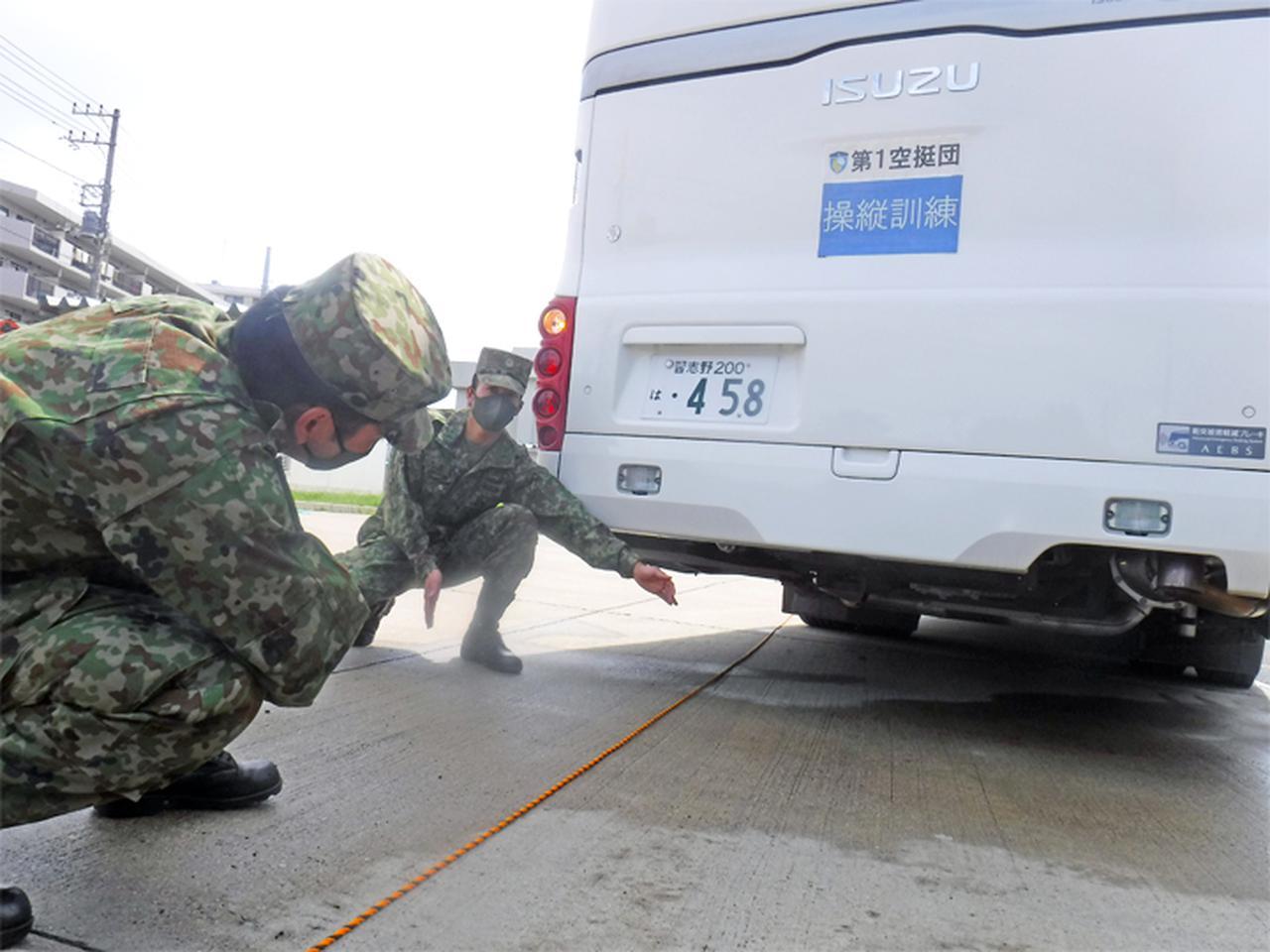 画像: コースを使用した大型バスの操縦訓練