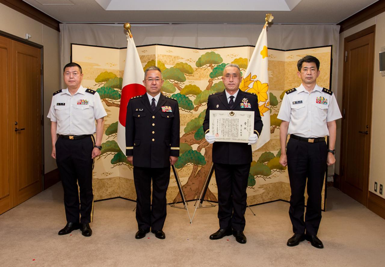 画像: 表彰式(中央左:吉田陸幕長、中央右:1空挺団長 堺陸将補 )