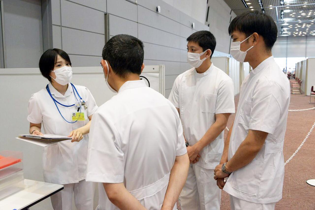 画像: 写真は大阪大規模接種センター 防衛省・自衛隊ツイッターより twitter.com