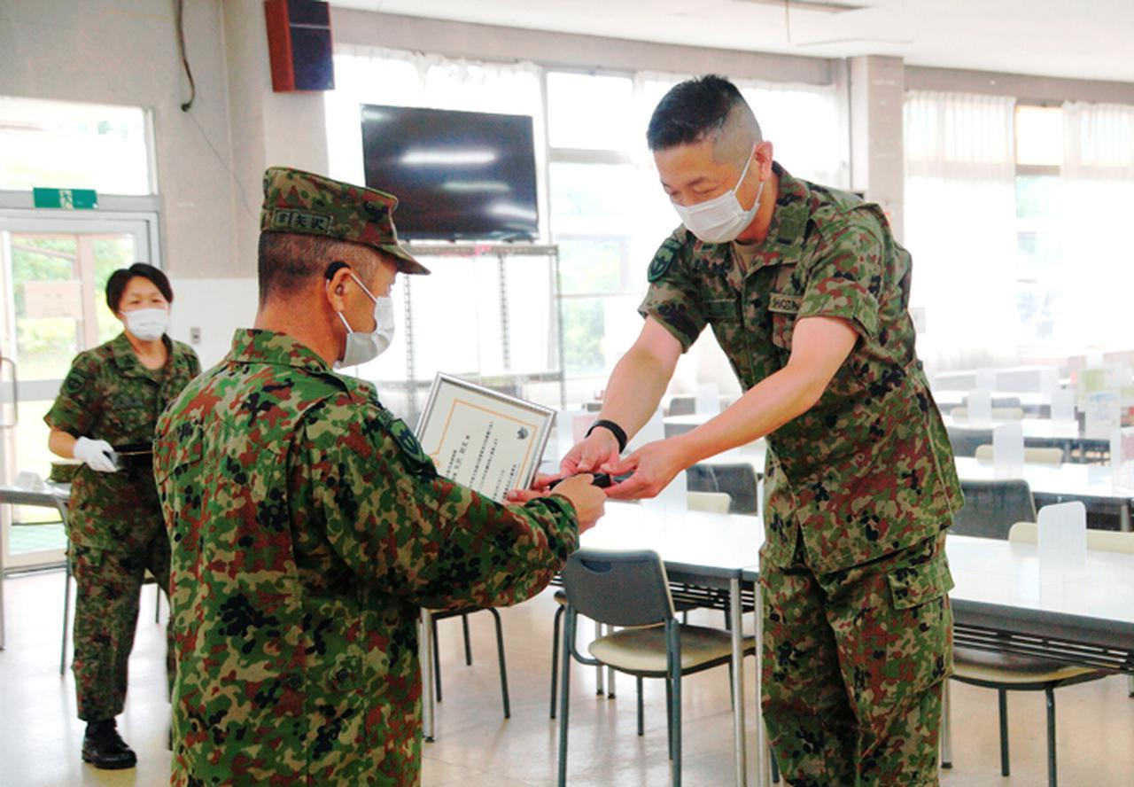 画像1: 矢沢1陸曹に最先任上級曹長褒賞 事故・災害対応に貢献|信太山駐屯地