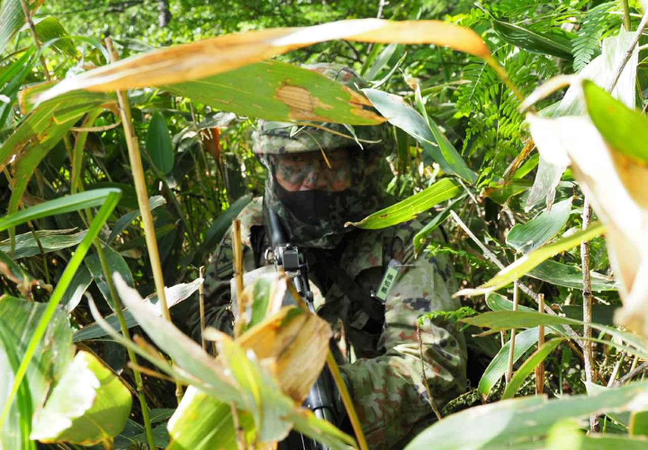 画像: 林内を攻撃前進する菊池2陸曹(第2中隊)