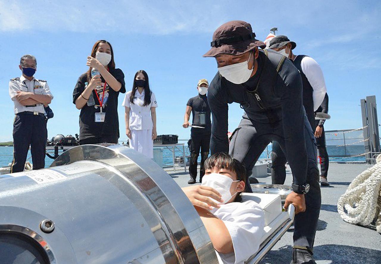 画像: 再圧タンク体験の様子