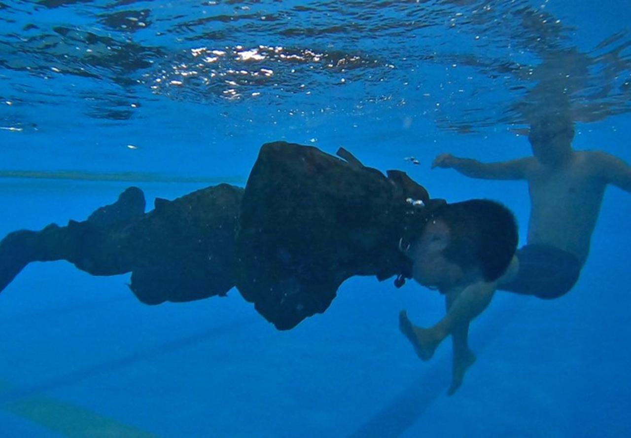 画像2: 水中で装具を外す隊員