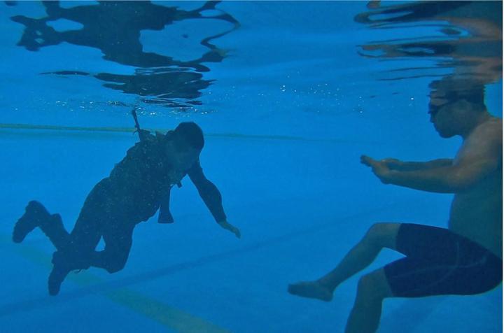 画像1: 水中で装具を外す隊員