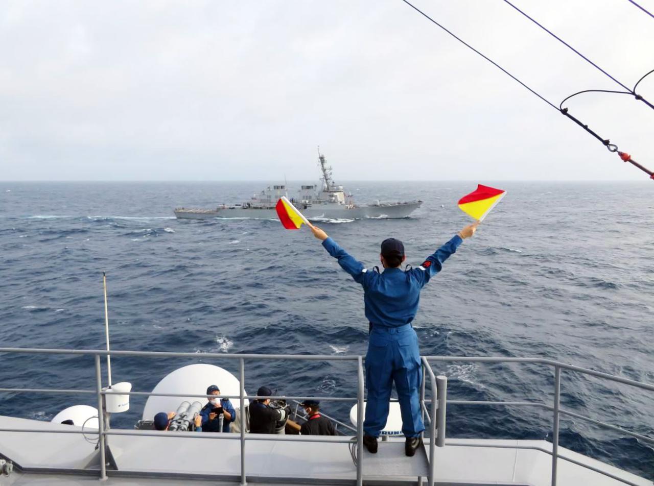 画像: 「ベンフォールド」に手旗信号を送る「ちょうかい」乗組員 海上幕僚監部プレスリリースより
