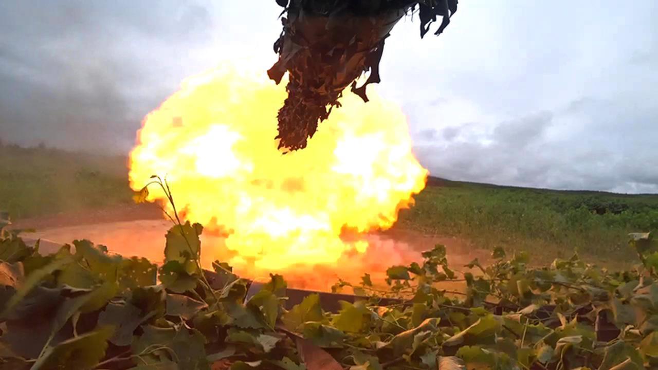 画像: 105ミリ戦車砲発射の景況