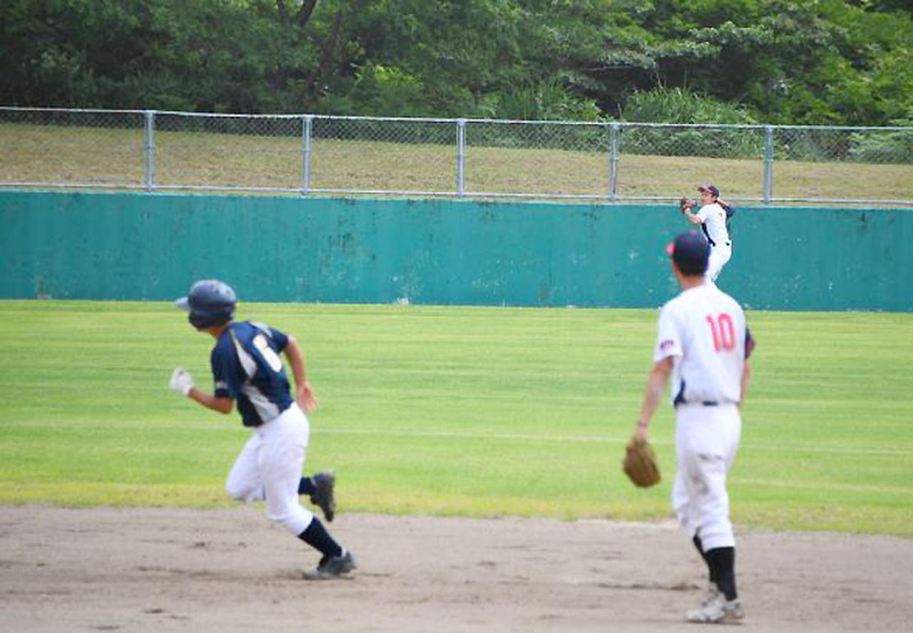 画像: 送球と進塁のせめぎ合い
