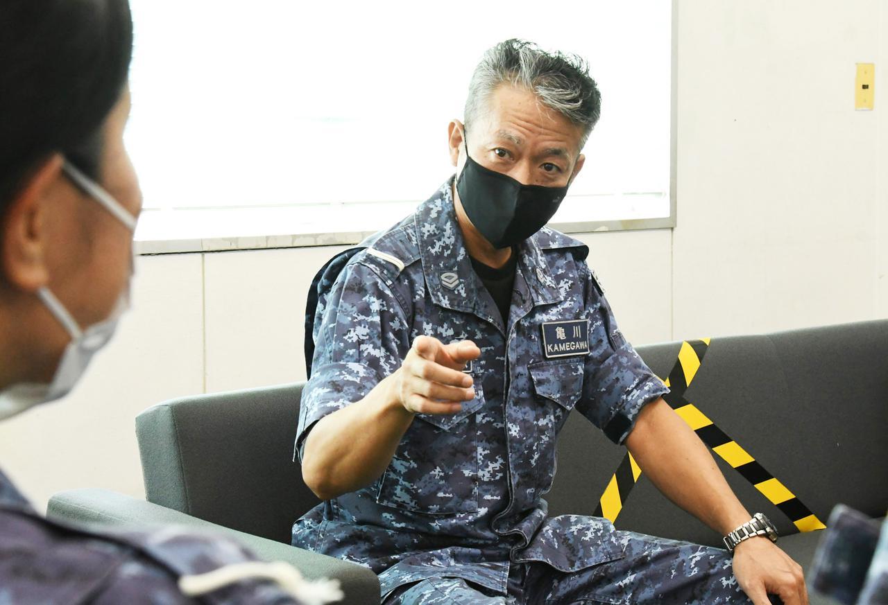 画像: 勤務中の亀川和成2曹。厳しくも温かい目で若い隊員に接している