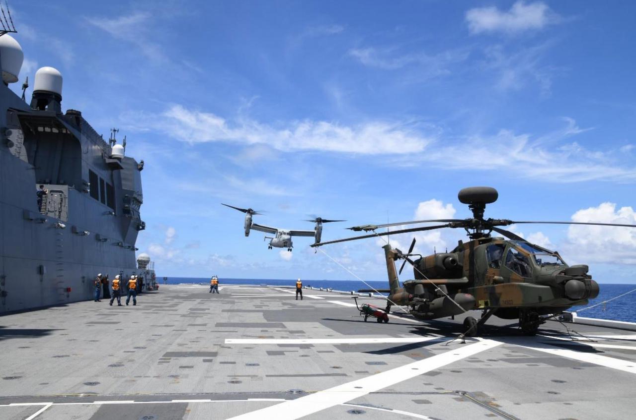 画像: 「いせ」艦上の陸自AH64D(手前)と米海兵隊MV22B