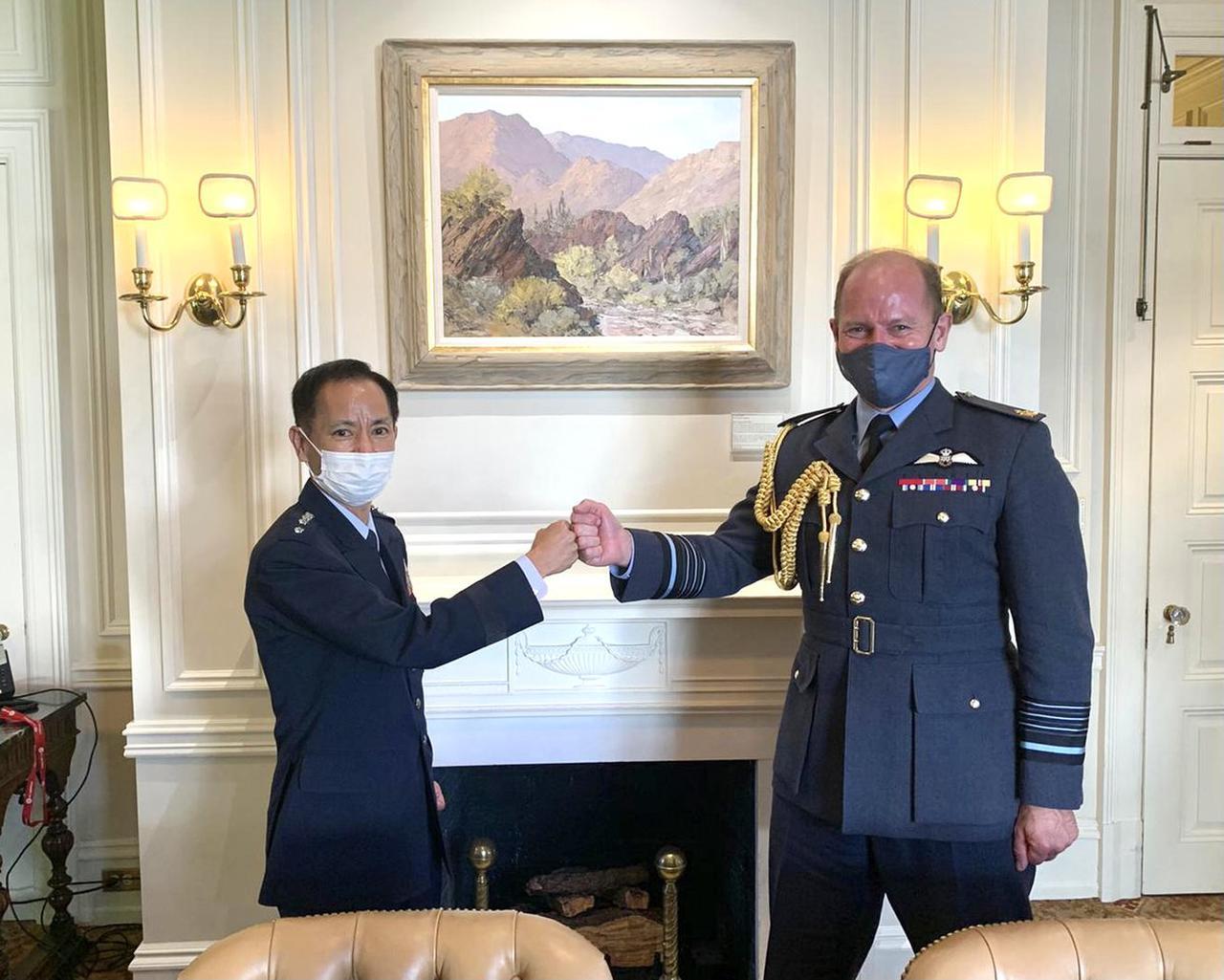 画像1: 井筒空幕長とウィグストン英空軍参謀長 航空自衛隊ツイッターより twitter.com