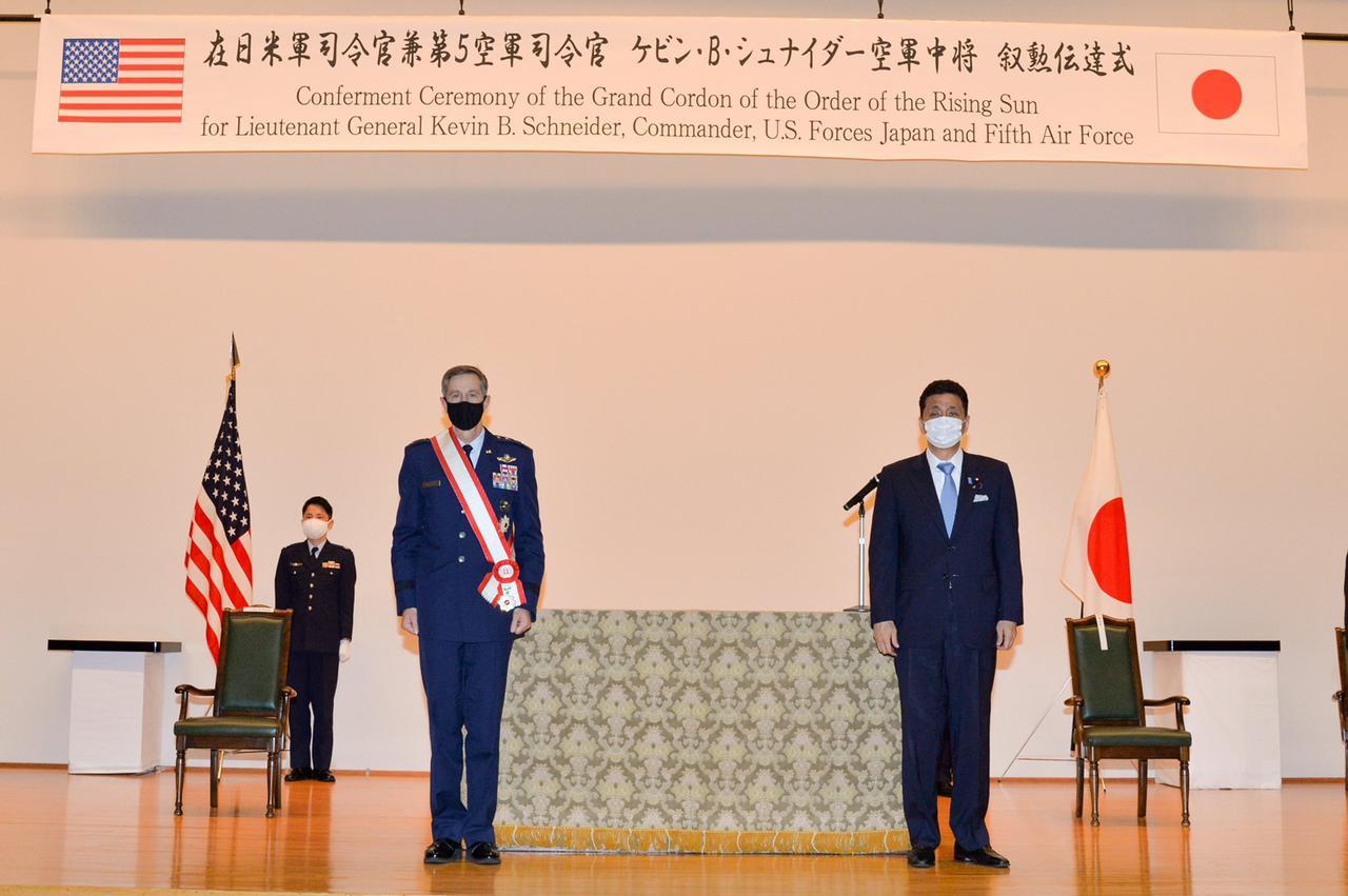 画像: 岸防衛相が在日米軍司令官に叙勲伝達