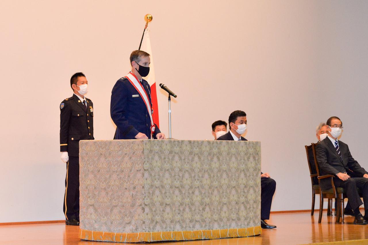 画像: 在日米軍司令官シュナイダー空軍中将の叙勲式の様子 写真は防衛省・自衛隊ツイッターより twitter.com