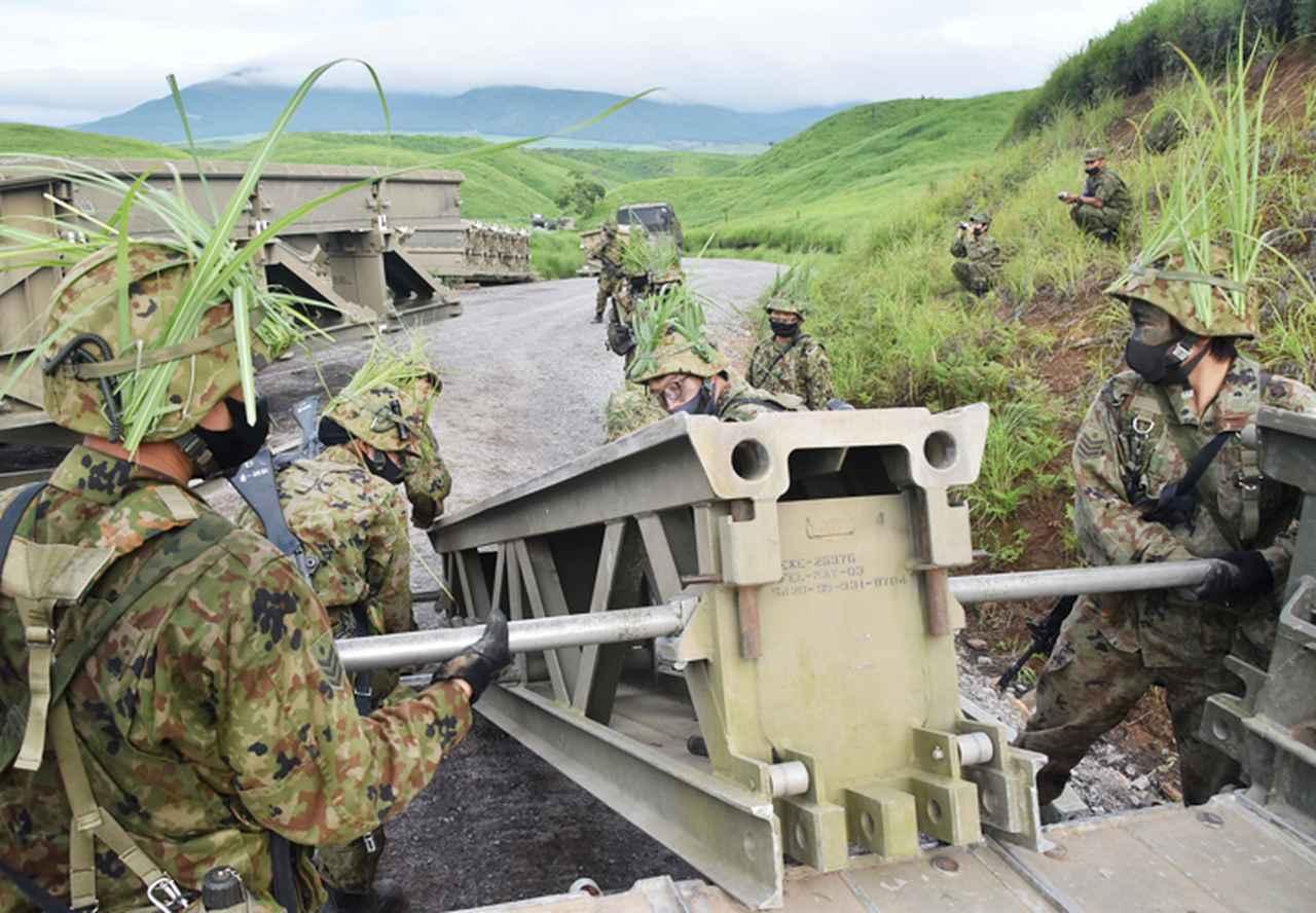 画像: パネル橋MGBの橋節運搬(第103施設器材隊)