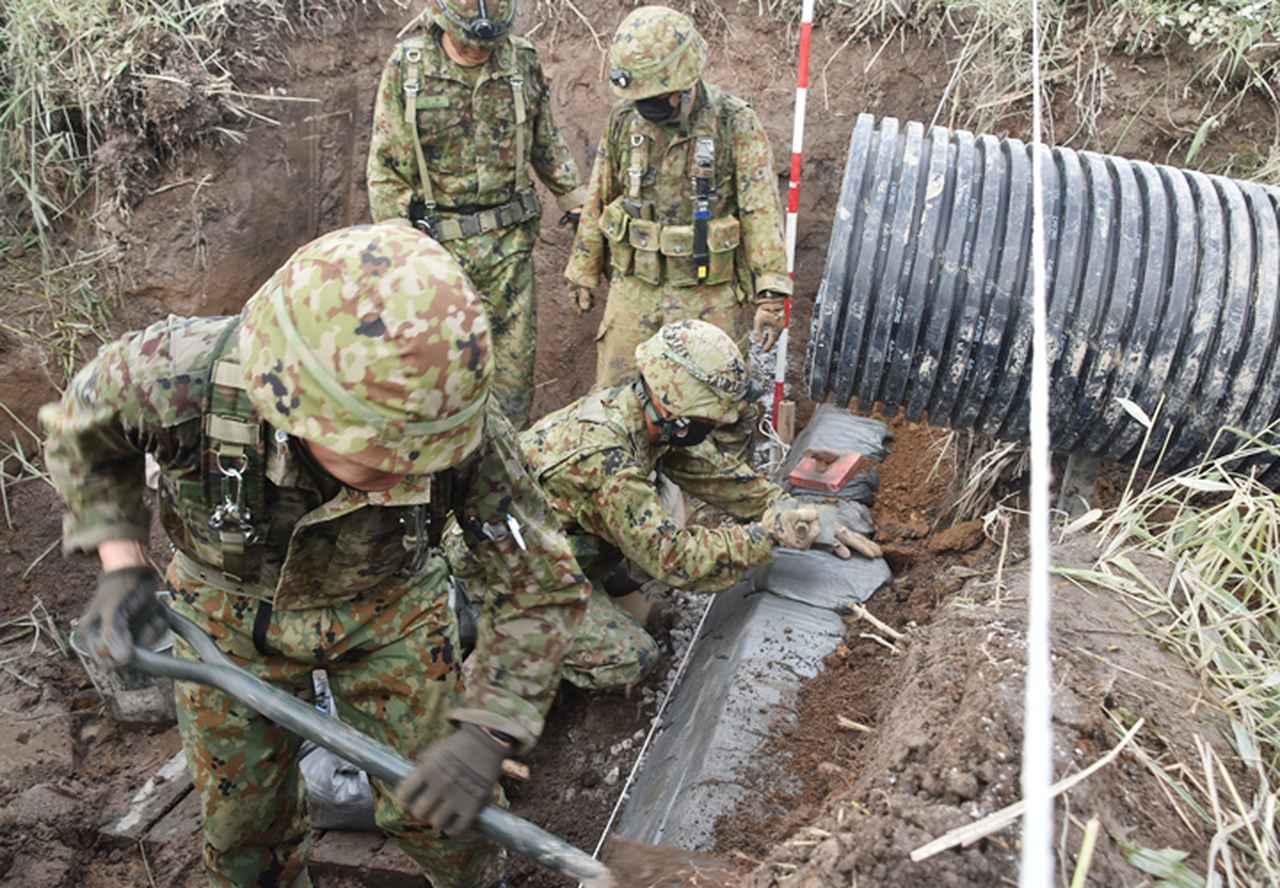 画像: 集水桝を補強する土のうの設置(第305ダンプ車両中隊)