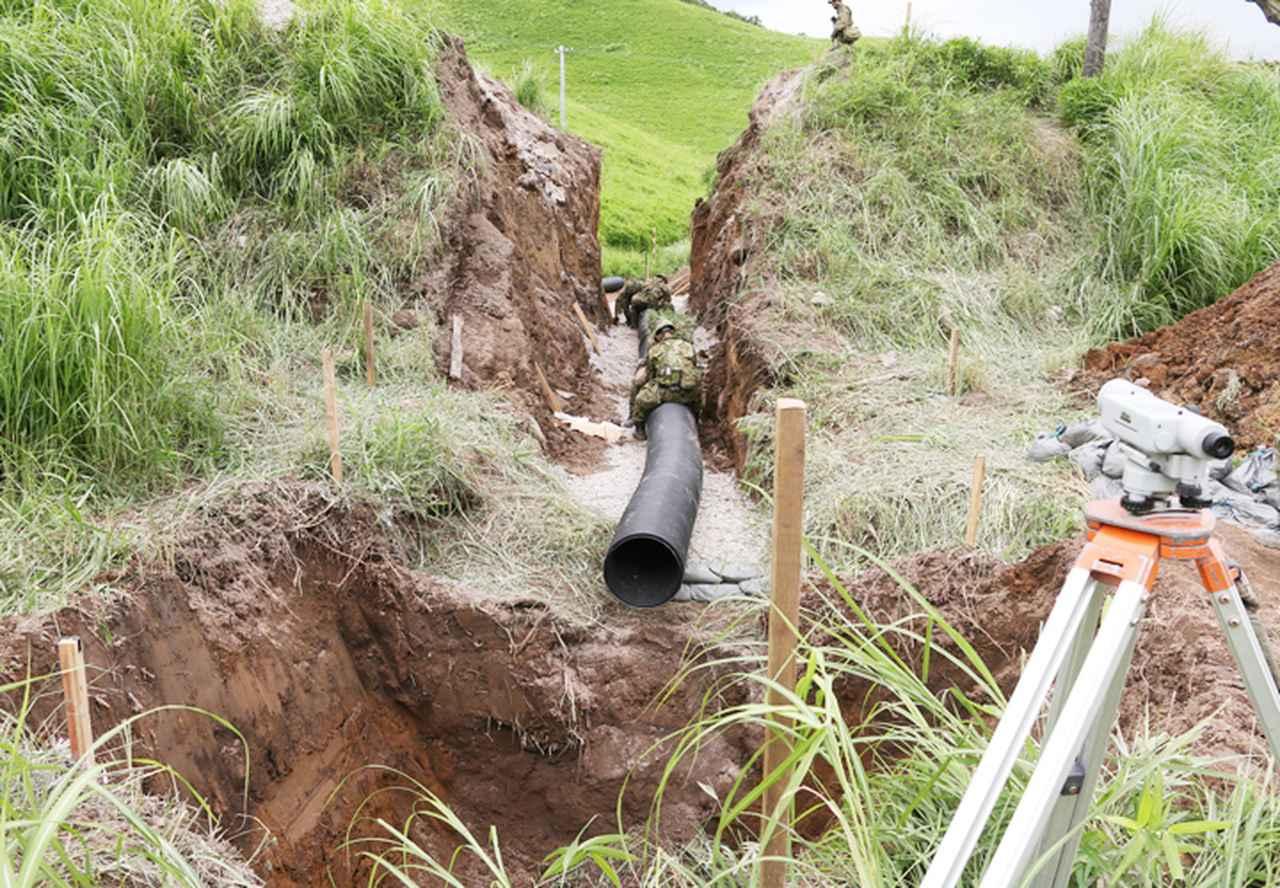 画像: 幹線道路の荒廃した暗渠置換(第305ダンプ車両中隊)