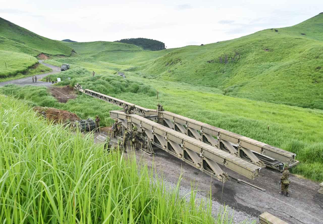 画像: 地隙へのパネル橋MGB架設(第103施設器材隊)