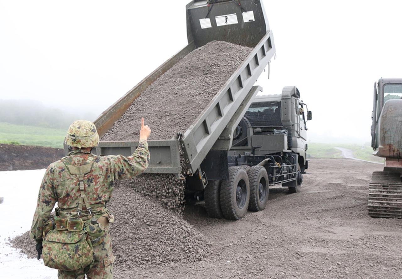 画像: 運搬した砕石の卸下(第303ダンプ車両中隊)