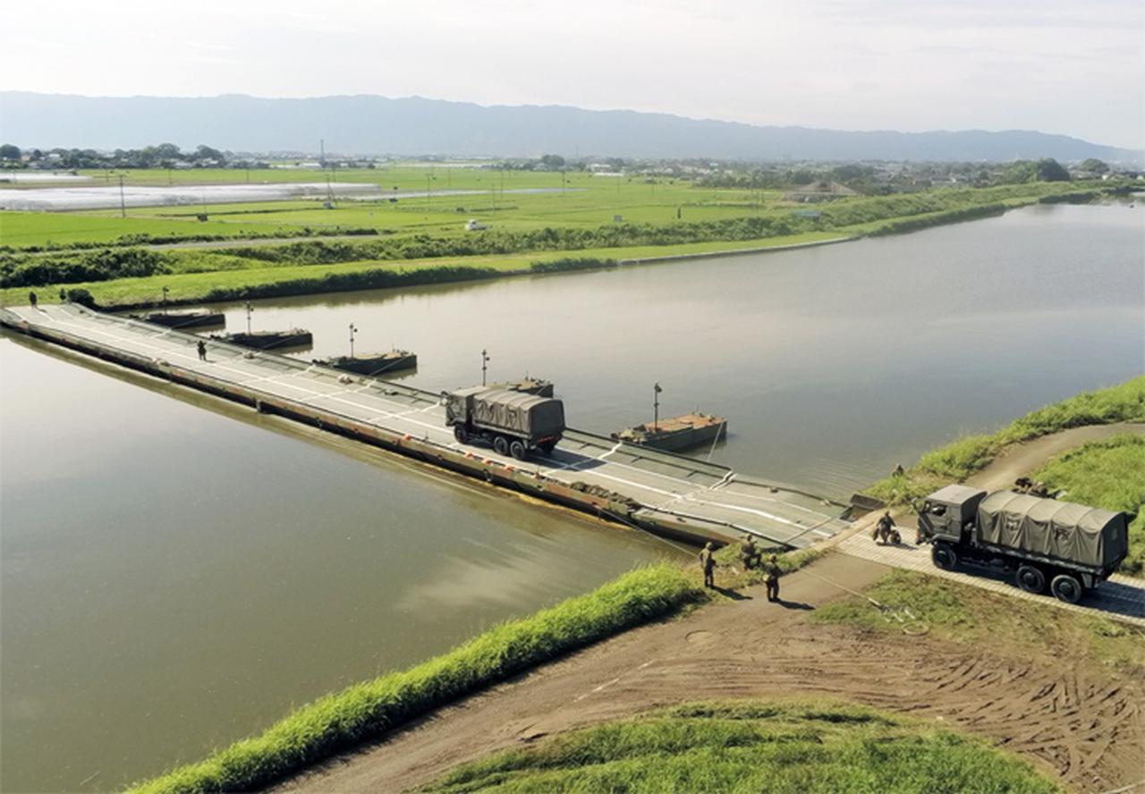 画像: 宝満川に全通した浮橋の全景(第103施設器材隊)