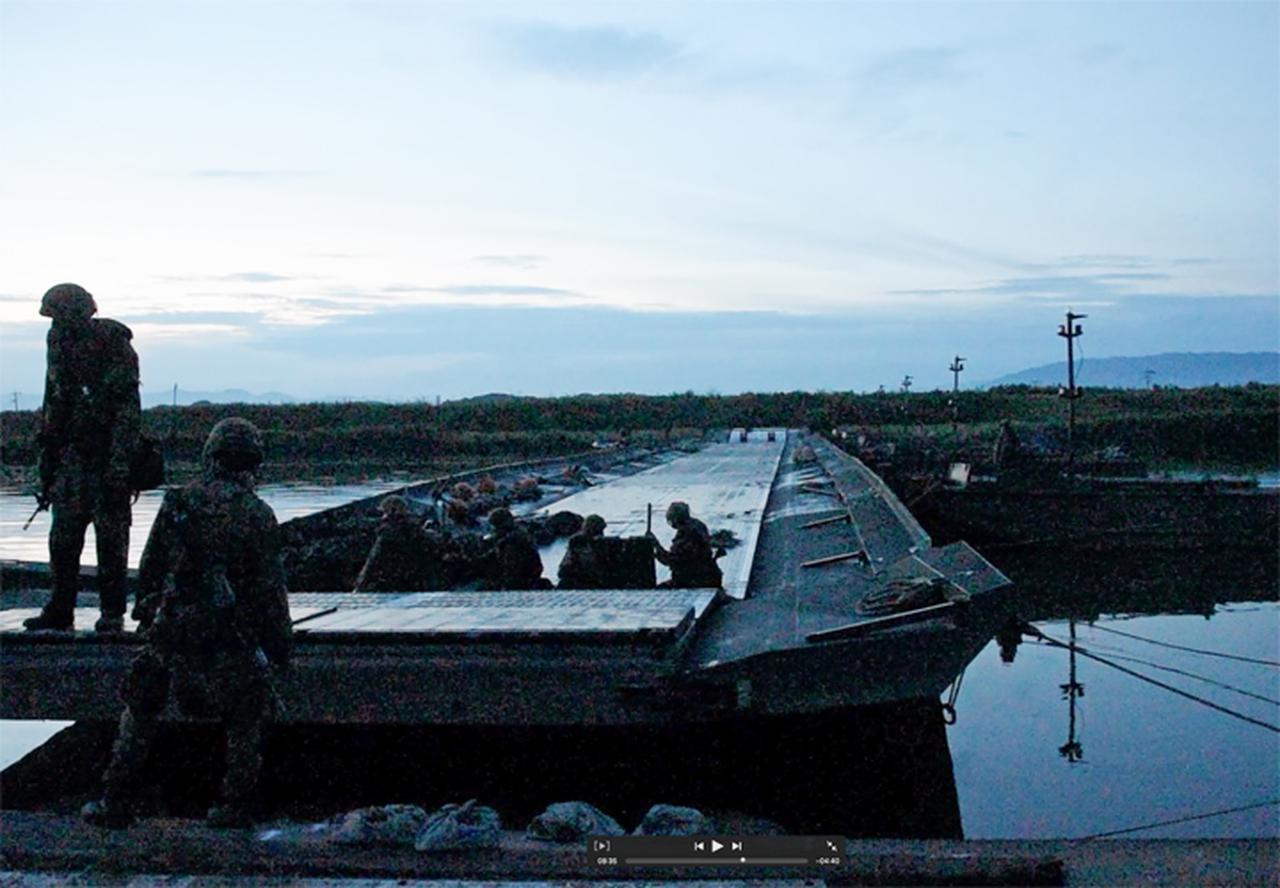 画像: 架橋位置への浮橋の移動(第103施設器材隊)