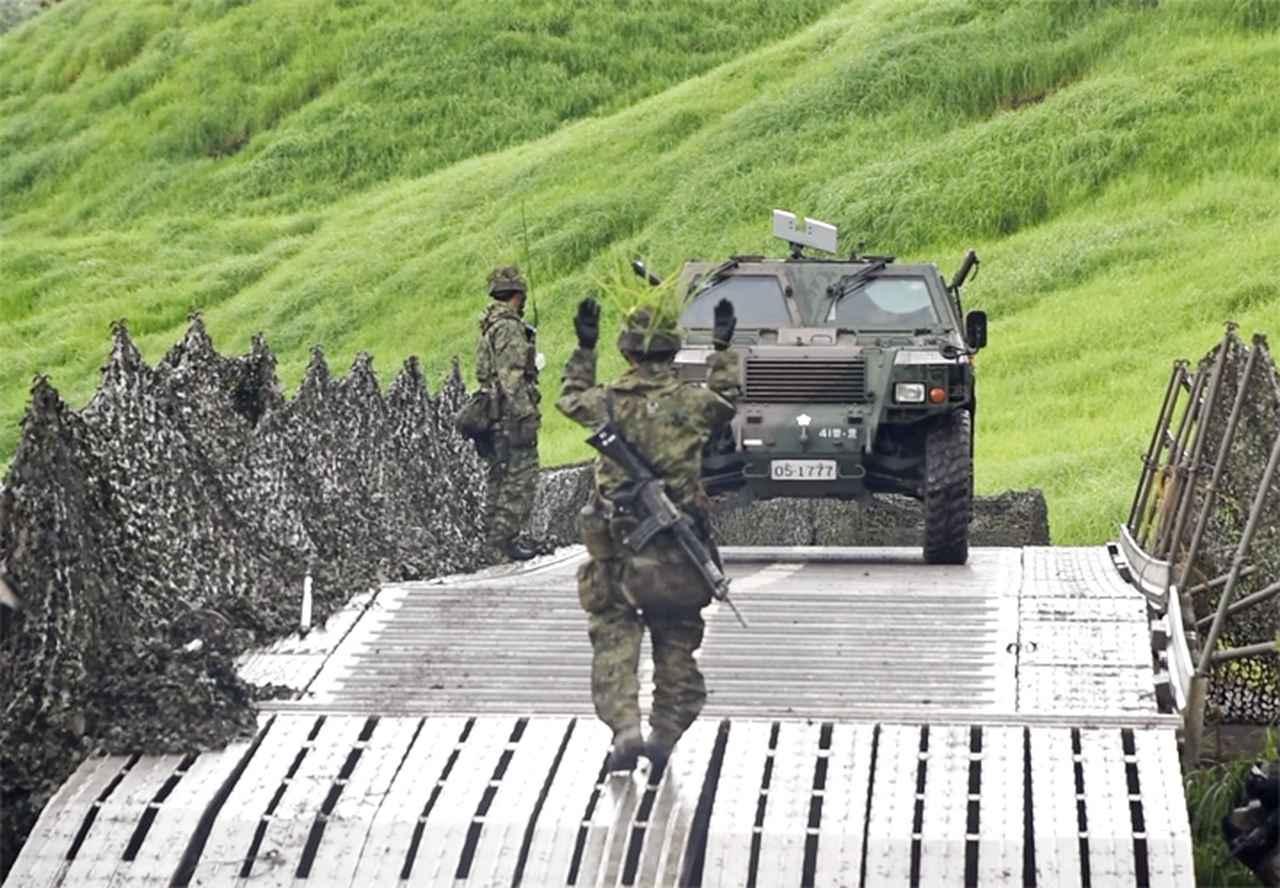 画像: 架設完了したパネル橋MGBの通過支援(第103施設器材隊)