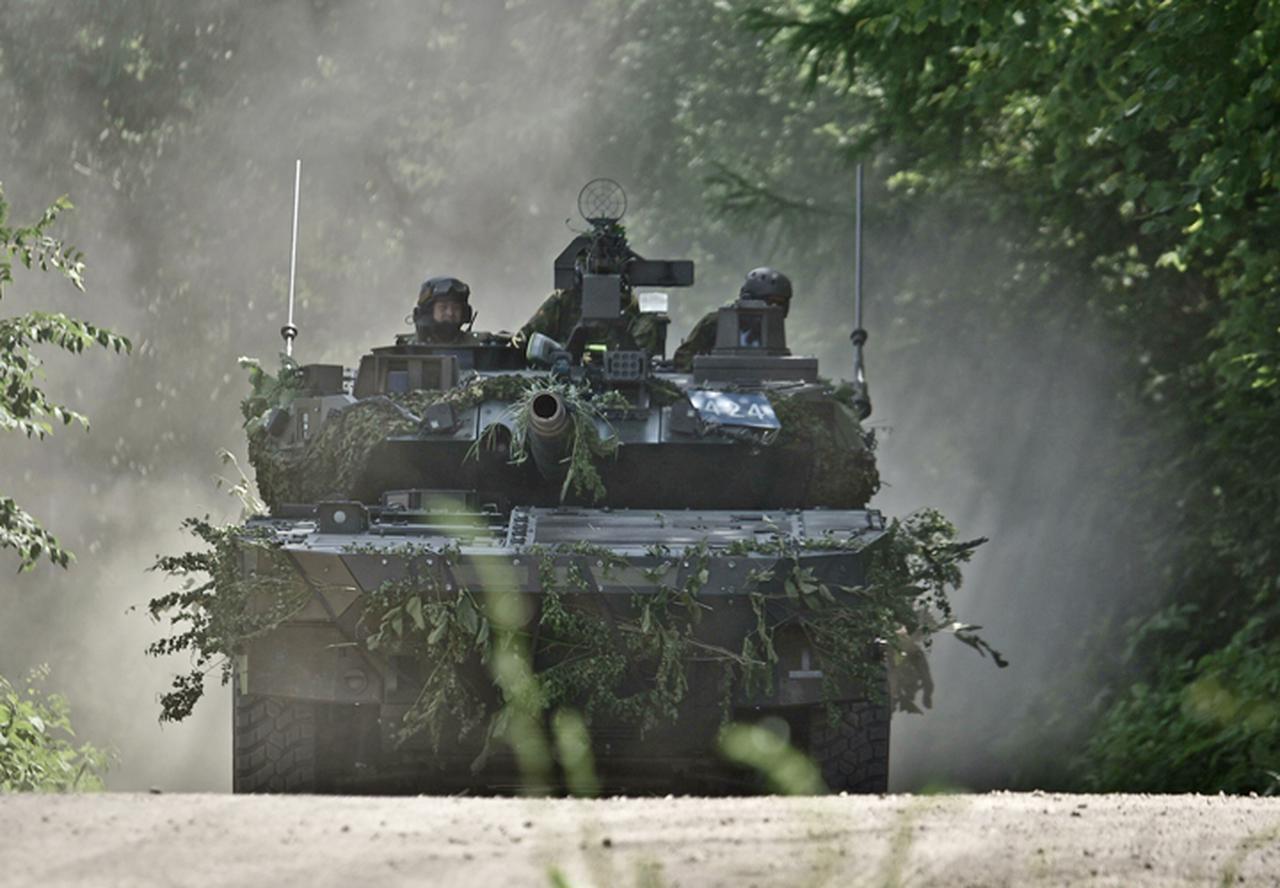 画像: 接敵機動をする16式機動戦闘車