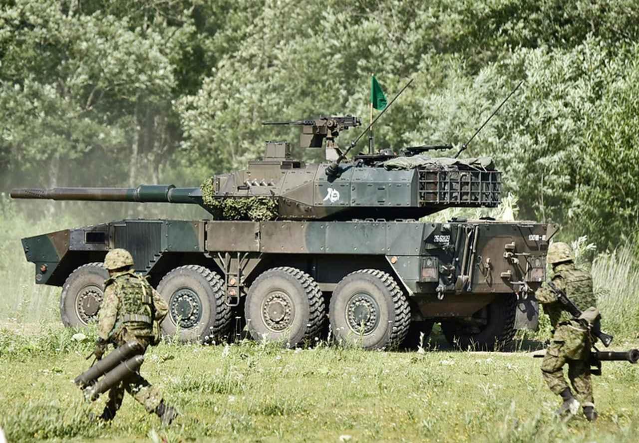 画像: 16式機動戦闘車の援護のもと躍進する隊員